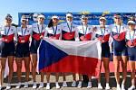 Veslařky Eliška Válková (třetí zprava) s Karolínou Horákovou (třetí zleva) pomohly české osmiveslici na juniorském evropském šampionátu v Mnichově k výtečnému třetímu místu.