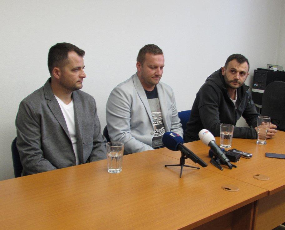 35letý Jiří Stuška (vlevo), 42letý Jiří Vašica (uprostřed), 36letý Martin Mikloš (vpravo), všichni tři zdravotničtí záchranáři Zdravotnické záchranné služby Zlínského kraje, oblasti Uherské Hradiště.