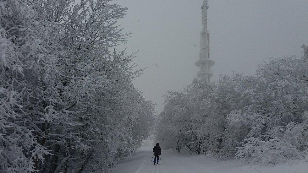 Nejvyšší bělokarpatský vrchol. 970 metrů vysoká Velká Javořina je dominantou regionu. Na javořinském hřebenu aktuálně na běžkaře čeká 10 cm sněhu, což je podstatně méně než v minulých letech.