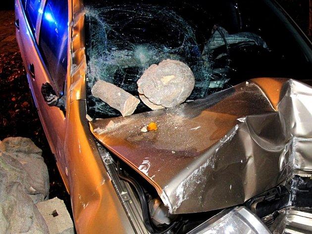 Kuriózní nehoda, při níž fabia doslova sestřelila sousoší světců, a poté probourala kamennou zídku, se stala v sobotu 19. října o půl sedmé večer ve Velehradě.