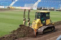 V Uherském Hradišti začala v neděli výměna fotbalového trávníku, potrvá měsíc.