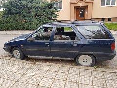 Auto stojí na místě už měsíce.
