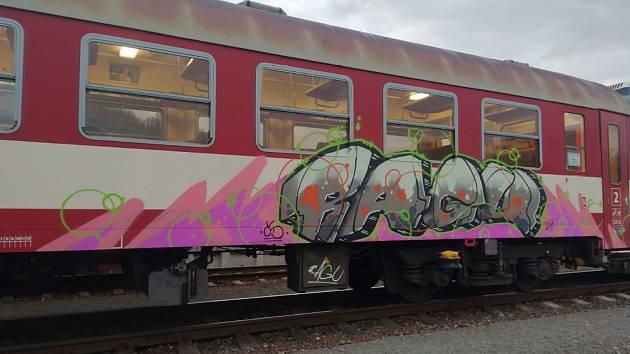 Vandal pokreslil v Bojkovicích na nádraží dva vagóny. Nastříkal na ně tři různobarevné nápisy.