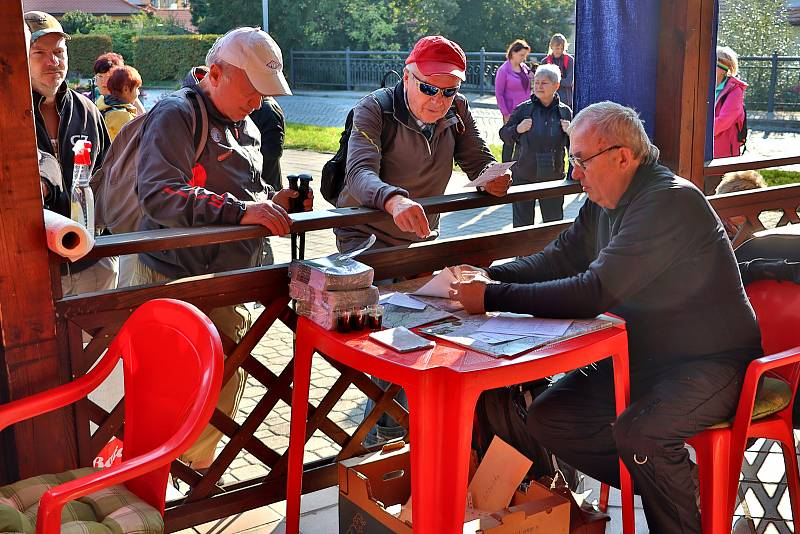 Poslední zářijové sobotní ráno, které bylo prozářené slunečními paprsky, vylákalo na 184 příznivců pěší turistiky i cykloturistiky na start jubilejního, devětačtyřicátého ročníku Chřibské třiatřicítky, nejstarší turistické akce na Slovácku.