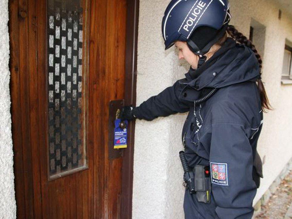 Policisté umístili na klidu zkontrolovaných chat visačky.