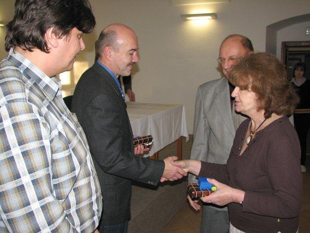 Ředitelka úřadu oblastního spolku ČČK Jarmila Vavřiníková blahopřeje novým nositelům plaket.