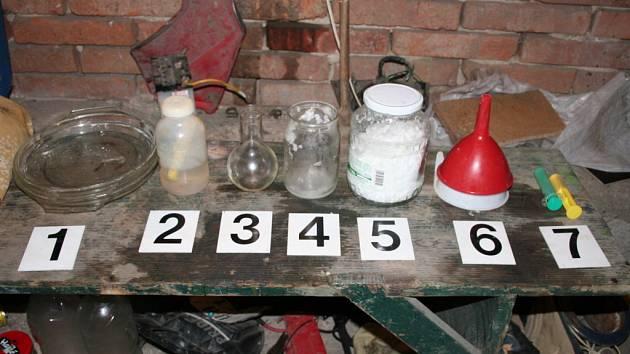 Policisté zadrželi brněnského chemika právě ve chvíli, kdy pracoval na výrobě další várky pervitinu.
