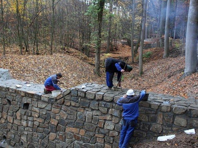 Čilý pracovní ruch vládl při dokončovacích pracích na jedné z šesti přehrážek na Rákoši za Velehradem.