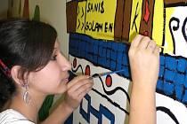 Žákyně sedmé třídy přetvářejí stěny školního suterénu.