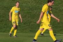 Fotbalisté Strání (ve žlutých dresech). Ilustrační foto