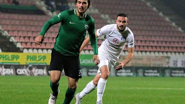 Fotbalisté Slovácka ukončili dlouhou sérii bez výhry, když na hřišti v Příbrami zvítězili 3:0 a odpoutali se z posledního místa, Na snímku je v bílém dresu střelec první branky Slovácka Tomáš Zajíc.