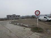 Na točně u hřbitova v Mařaticích drhnou autobusy podvozkem. Problém je v místě, kde se zámková dlažba točny napojuje na stávající kostkovou komunikaci.