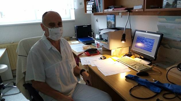 Interiér transfuzní stanice Uherskohradišťské nemocnice v éře koronavirové 19. listopadu 2020. Lékař René Kamrla.