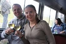 Plné muzikantské lodě vyplouvaly na Slavnostech vína každou půl hodinu. Za tu dobu s návštěvníky obkroužily řeku Moravu za doprovodu kapel Frajeři, Duo Graž a Vencas Group.