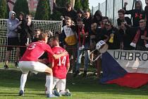 Fotbalisté Uherského Brodu (červené dresy) zvítězili na hřišti Velkého Meziříčí 2:0.