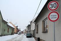 Touto ulicí si řidiči zkracují cestu.