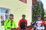 Na kole dětem. Jak jsem šlapal do pedálů z Luhačovic do Bzence. Radek Bartoníček vlevo, Stanislav Dufka vpravo.