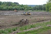 Zásadní obnova na rybníku Hluboček v Březolupech za vesnicí