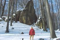 V letošním prvním sněhu (18. 11. 2007) u Čertových skal. V pozadí skála Jehla.