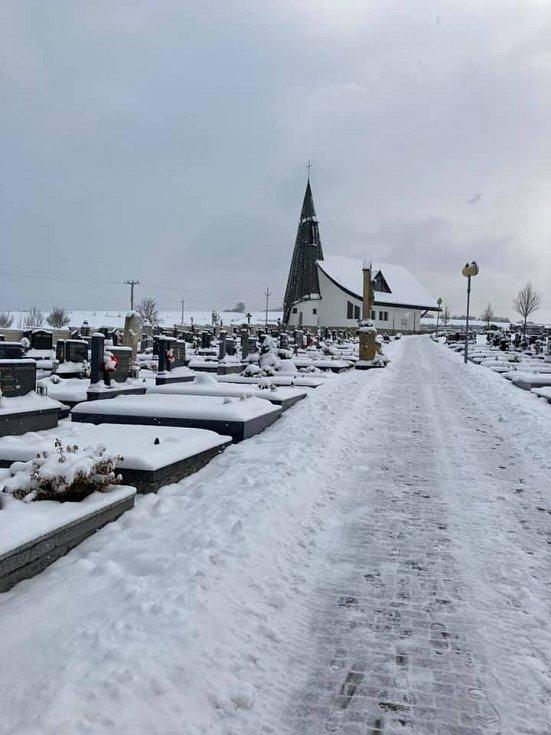 Pietní místo pod sněhem.