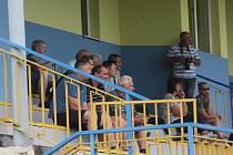 Fotbalisté Slavkova (bíločervené dresy) při domácím zápase s Velkým Ořechovem.