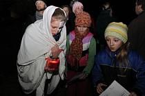 Na čtyři stovky dětí i dospělých se vydalo v pátek večer hledat po Jalubí strašidelné bytosti.