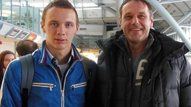 Sedmnáctiletý dorostenecký fotbalový talent Vít Nemrava (vlevo) se svým manažerem Luďkem Mikloškem.