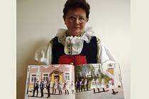 V omezeném nákladu několika kusů vydali v Dolním Němčí knihu s názvem Tradiční svatba a kroj v Dolní Němčí. Na snímku ji představuje její spoluautorka Marie Ježková.