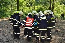 Cvičení hasičů u Starého Hrozenkova spočívalo v záchraně člověka, zavaleného v lese.