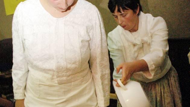 Již potřetí šlapala nastrouhané zelí připravené v kádi Eva Knížová.
