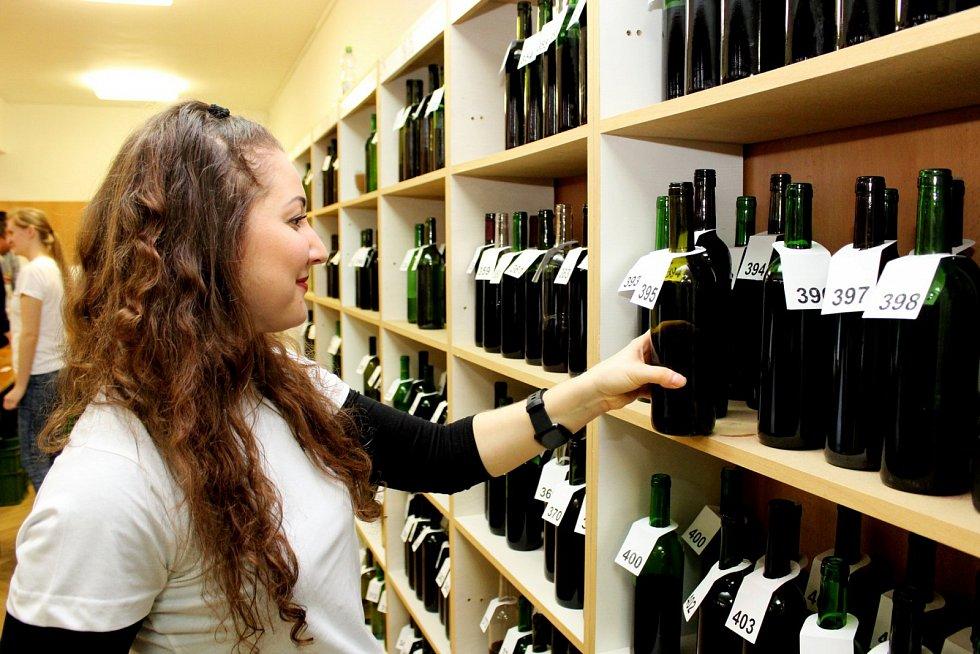 NA KOŠTU. Kulturní stánek v Jalubí byl od sobotních deseti hodin až do pozdního večera plný milovníků vína.