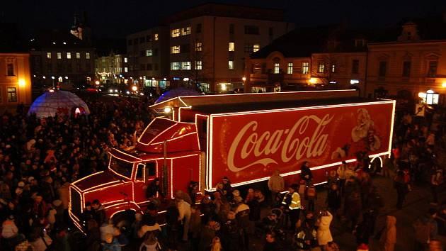 Červený kamion se Santa Clausem přilákal do centra Hradiště stovky lidí.