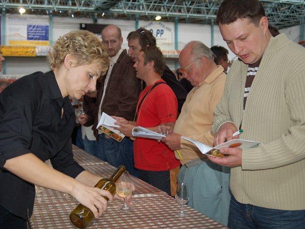 Tradiční prvomájový mařatický košt vín na zimním stadionu.