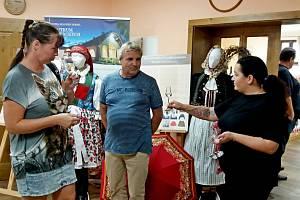 Podoby tradičního oděvu a jeho proměny vprůběhu času jsou kvidění vCentru slováckých tradic Skanzenu Modrá na výstavě Romany Habartové.