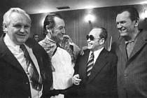Fanek Jilík (zleva) se Slávkem Volavým, Františkem Bezděkem a Jaroslavem V. Staňkem  na Bezděkově vernisáži v roce 1971.