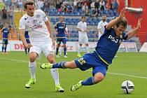 V podzimním vzájemném duelu poslal Jihlavu na kolena záložník Slovácka Filip Hlú-pik (vlevo), který vstřelil vítězný gól. Dnes sice bude kvůli zranění chybět, fanoušci modrobílých ale věří, že opět budou slavit tři body.