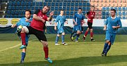 Fotbalisté Uherského Ostrohu (v modrých dresech) po okresním přeboru vyhráli i pohár, když ve finále zdolali Jankovice 1:0.
