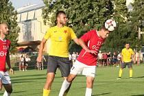 Fotbalisté Uherského Brodu (v červených dresech) v 1. kole MSFL doma hráli s Kroměříží bez branek.