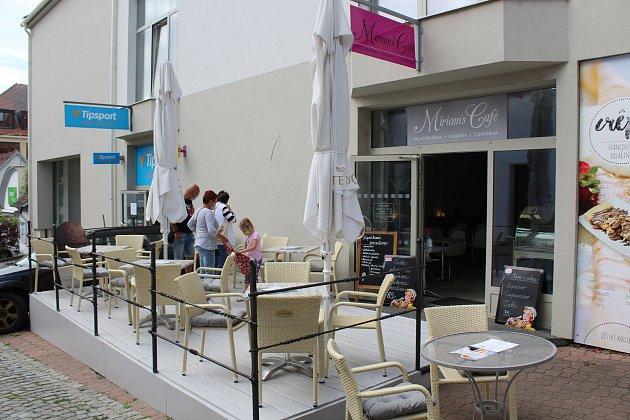 Otevřená předzahrádka Miriams Café vUherském Brodě.