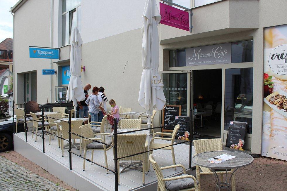 Otevřená předzahrádka Miriams Café v Uherském Brodě.