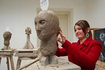 Nakreslit portrét hlavy, co nejvíce se podobající živému modelu, z hlíny vytvarovat hlavu podle busty a namalovat barevnou figurální kompozici. Tyto tři disciplíny muselo v úterý a ve středu absolvovat celkem 126 uchazečů o studium na SUPŠ v Uh. Hradišti.