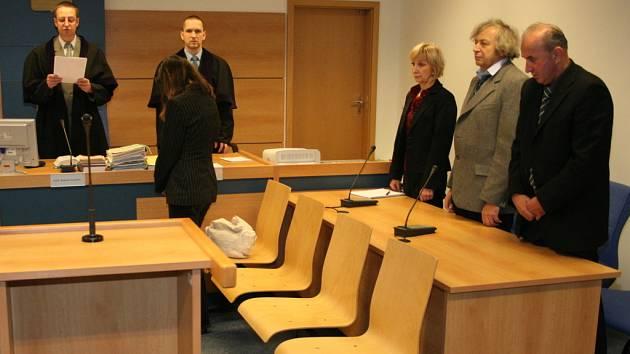 Pavel Valoušek (zcela vpravo) poslouchá rozhodnutí soudu.