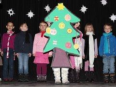 Při školní akademii na vánoční téma nechyběly tance, písničky, básničky i krátké divadelní představení.