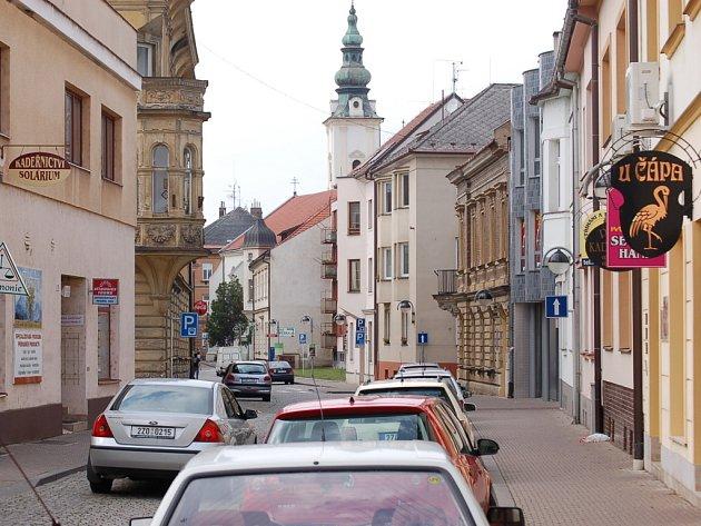 Františkánská ulice v Uherském Hradišti bývá plná nepozorných chodců.
