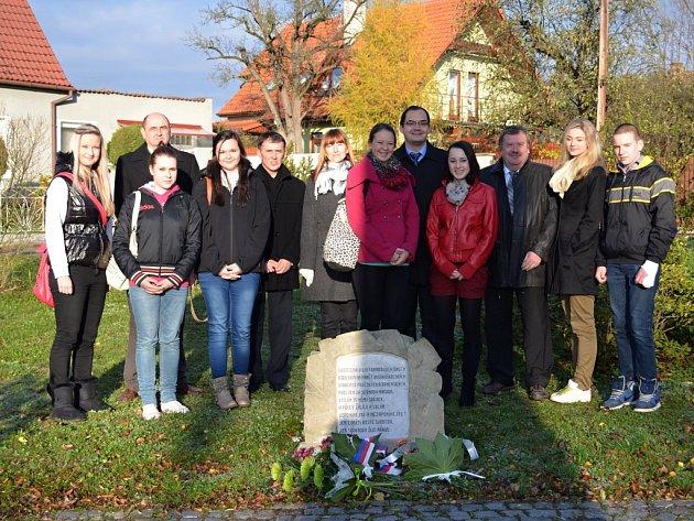 V Uherském Brodě kladli k památníku kytice zástupci radnice i studenti.