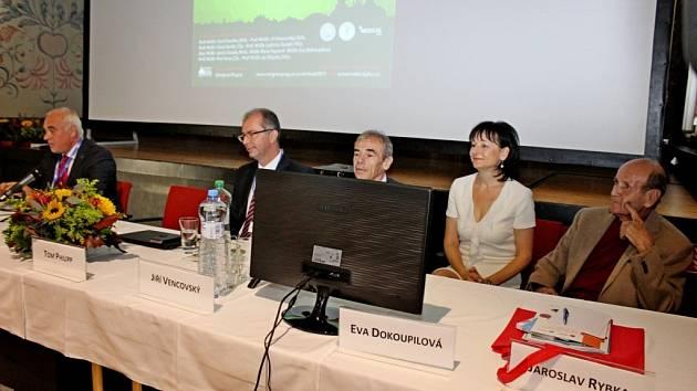 Na 250 lékařů a středního zdravotnického personálu zodborných medicínských pracovišť Uherskohradišťska, Zlínska, Kroměřížska, Vsetínska a Hodonínska se zúčastnilo IV. Velehradského setkání lékařů na téma Novinky vrevmatologii.