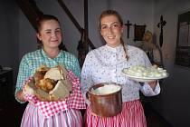 Už pojedenácté se členové Národopisného krúžku Dolněmčan pustili do pečení chlebů v černé kuchyni opraveného starobylého mlýna v Dolním Němčí.