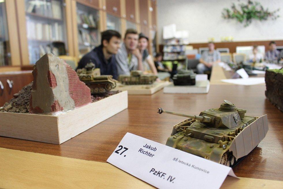 Mladí modeláři na hradišťské škole v pátek 23. října sestavovali modely tanků či letadel