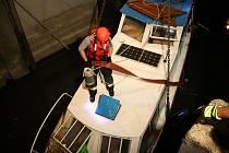 Loď se potopila v plavební komoře na řece Moravě. Dva dospělí, tři děti a pes z ní stačili uniknout