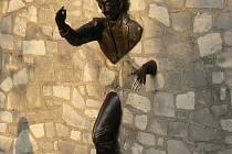 Socha francouzského herce Jeana Maraise zdobí zákoutí pařížského Montmartru.
